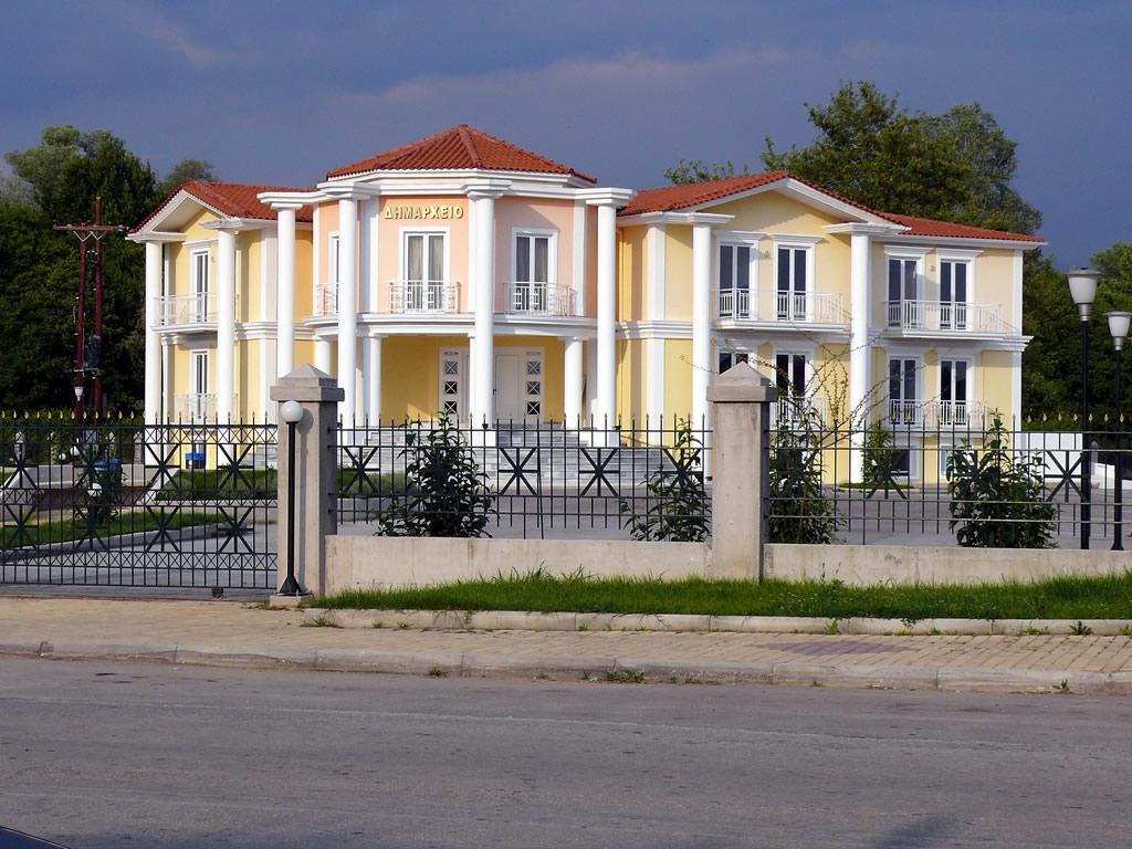 foto Gemeente huis van een klein plaatsje Neochori aan de rivier Arachtos 1 minuten van Arta (EPYRUS), de inwoners hebben dit zelf betaald, de burgemeester is erg populair, gastvrije bevolking in een agrarische omgeving, de natuur is geweldig. Bezoek ook de De