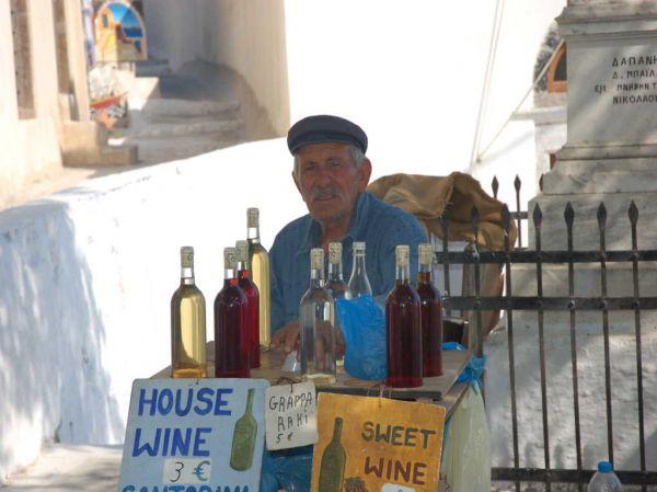 Oude Griek met wijnkraampje in Pyrgos