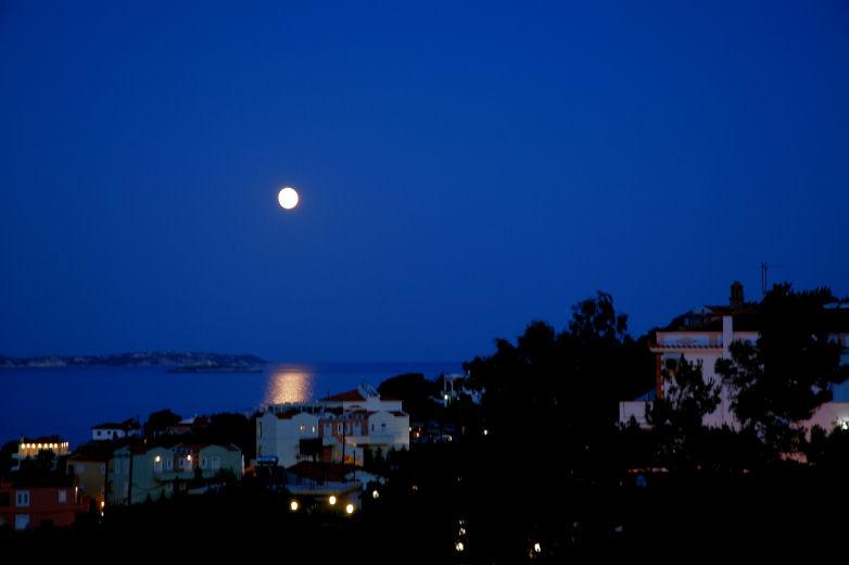 foto Uitzicht over Karfas bij heldere maan - Chios
