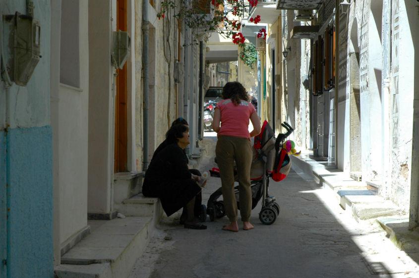 foto Jong en oud in een straatje in Pyrgi.(Chios)