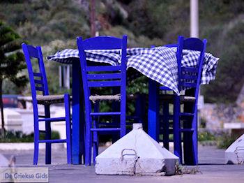 Griekse tafels en stoelen in Kolymbari | Chania Kreta | Griekenland - Foto van https://www.grieksegids.nl/fotos/eiland-kreta/fotos-mid/kolymbari-kreta/kolymbari-kreta-005.jpg
