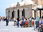 Terrasjes, op de achtergrond moskee Kioutsouk Hasan  | Chania stad | Kreta - Foto van De Griekse Gids