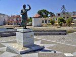 Standbeeld vrouw van zeeman Kardamyla | Chios | De Griekse Gids - Foto van Doortje van Lieshout