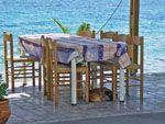 Tafeltje aan zee bij Katarraktis | Chios - De Griekse Gids - Foto van Doortje van Lieshout