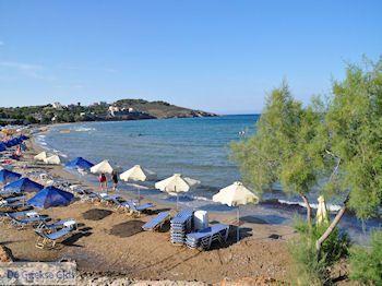 Ligstoelen en parasols Karfas - Eiland Chios - Foto van https://www.grieksegids.nl/fotos/eilandchios/350pixels/eiland-chios-foto-180.jpg
