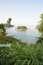 Pontikonissi vanaf Perama gezien | Corfu | De Griekse Gids foto 2 - Foto van De Griekse Gids