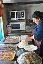 Mevrouw Anna maakt Makarounes | Karpathos De Griekse Gids foto 3 - Foto van De Griekse Gids