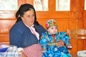 Traditionele klederdracht Olympos Karpathos | De Griekse Gids foto 008 - Foto van https://www.grieksegids.nl/fotos/eilandkarpathos/karpathos-mid/eiland-karpathos-417.jpg