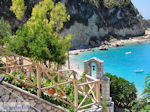 Klokketoren en strand Agios Nikitas - Lefkas (Lefkada) - Foto van De Griekse Gids