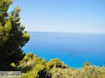 De blauwe zee bij Egremni en Athani - Lefkas (Lefkada) - Foto van De Griekse Gids