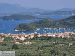Uitzicht op Nidri (Nydri) en de eilanden Skorpios en Meganissi foto 1 - Lefkas (Lefkada) - Foto van De Griekse Gids