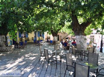 Het dorpsplein in Englouvi - Lefkas (Lefkada) - Foto van https://www.grieksegids.nl/fotos/eilandlefkas-fotos/350pixels/englouvi-lefkas-004.jpg