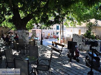 Het dorpsplein in Englouvi foto 2 - Lefkas (Lefkada) - Foto van https://www.grieksegids.nl/fotos/eilandlefkas-fotos/350pixels/englouvi-lefkas-005.jpg
