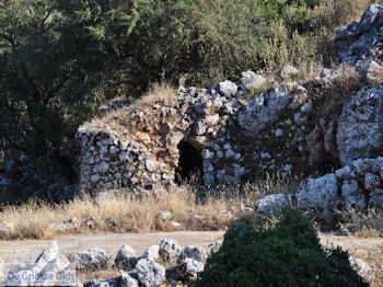 Volti, gewelfde huisjes op hoogvlakte Englouvi - Lefkas (Lefkada) - Foto van https://www.grieksegids.nl/fotos/eilandlefkas-fotos/350pixels/englouvi-lefkas-018.jpg
