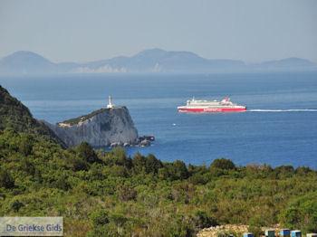 Bijenkasten aan Kaap Lefkatas, daarachter een Superfast Ferry foto 2 - Lefkas (Lefkada) - Foto von GriechenlandWeb.de