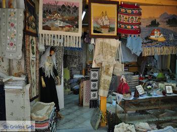 Winkel van Mavreta Arvaniti-Katopodi met geweven kleden in Karia - Lefkas (Lefkada) - Foto van https://www.grieksegids.nl/fotos/eilandlefkas-fotos/350pixels/karia-lefkas-karya-005.jpg