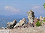 Rotsen aan strand Eftalou (bij Molyvos) - Foto van De Griekse Gids