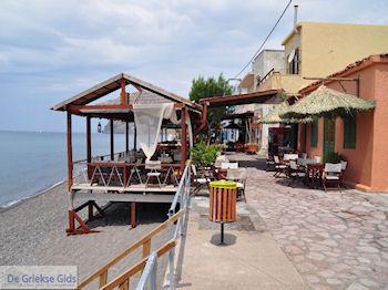 Aan het strand van Skala Eressos - Foto van De Griekse Gids