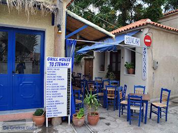Blauwe tafeltjes en stoelen bij een echte souvlakitent in Skala Eressos - Foto van https://www.grieksegids.nl/fotos/eilandlesbos/350pixels/eiland-lesbos-foto-087.jpg
