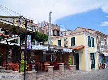 Kathari Gitonias souvlaki tent Molyvos - Foto van https://www.grieksegids.nl/fotos/eilandlesbos/350pixels/eiland-lesbos-foto-205.jpg