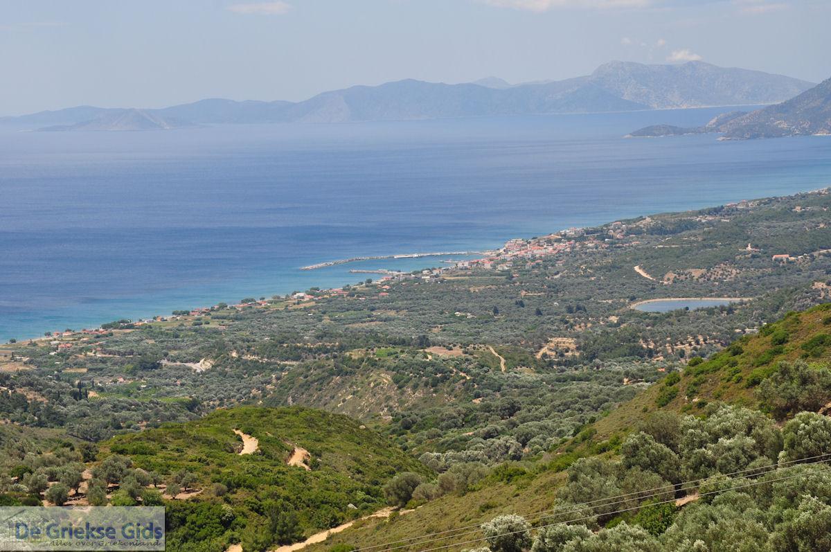 foto Het Marathokampos (Votsalakia) gebied met in de verte het eiland Ikaria - Eiland Samos