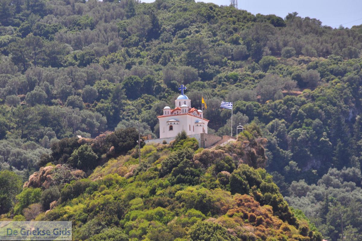 foto De kerk van de Heilige Maria op de top van het heuveltje in Karlovassi - Eiland Samos