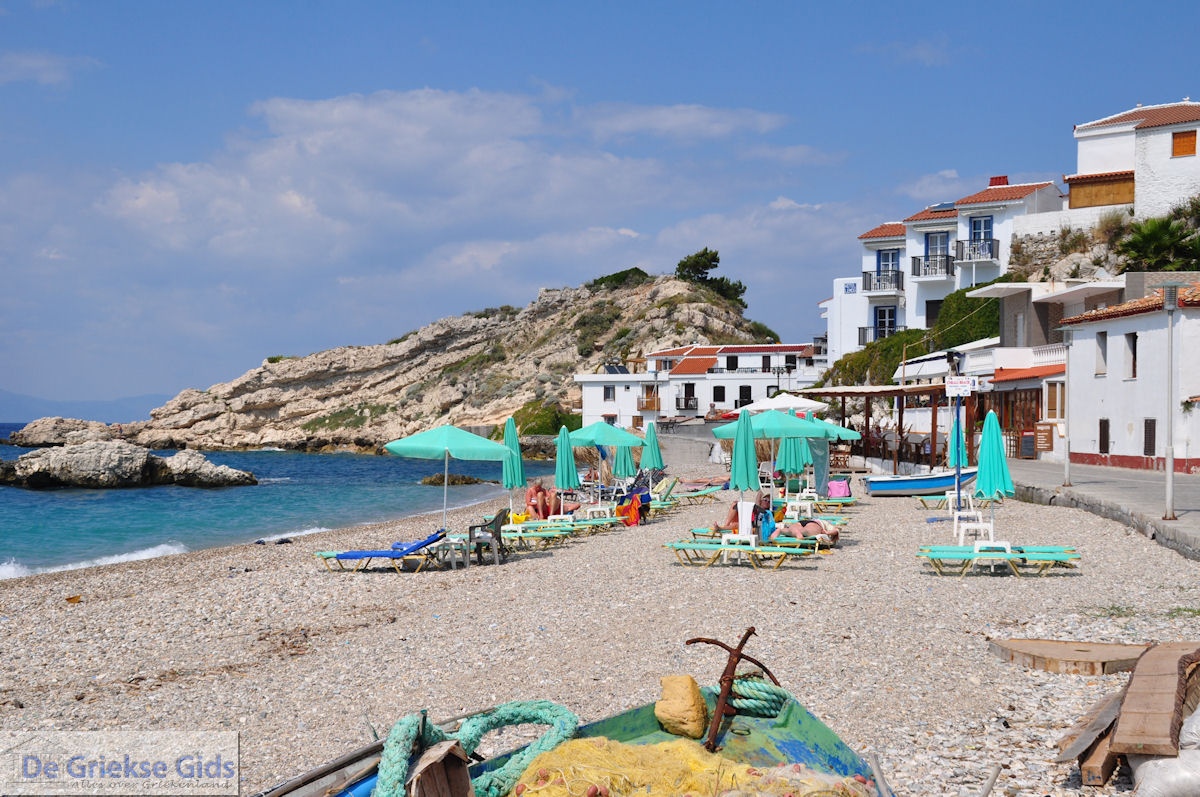 foto Ligbedden en strandstoelen aan strand Kokkari - Eiland Samos