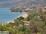 Het strand van Kampos (Votsalakia) ligt in een groenrijke omgeving - Eiland Samos - Foto van De Griekse Gids