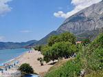 Strand Kampos (Votsalakia) met daarachter het Kerkis-gebergte - Eiland Samos - Foto van De Griekse Gids