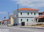 Karlovassi huizen langs de weg - Eiland Samos - Foto van De Griekse Gids