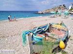 Vissersbootje aan het strand van Kokkari - Eiland Samos - Foto van De Griekse Gids