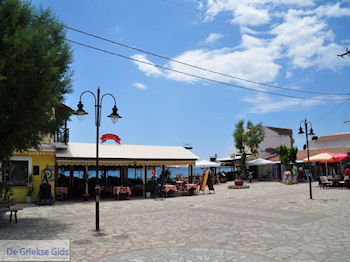 Terrasjes dorpsplein Heraion (Ireon) - Eiland Samos - Foto van https://www.grieksegids.nl/fotos/eilandsamos/350pixels/eiland-samos-foto-039.jpg