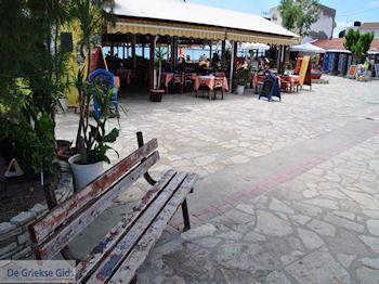 Zitbankje dorpsplein Heraion (Ireon) - Eiland Samos - Foto van https://www.grieksegids.nl/fotos/eilandsamos/350pixels/eiland-samos-foto-041.jpg