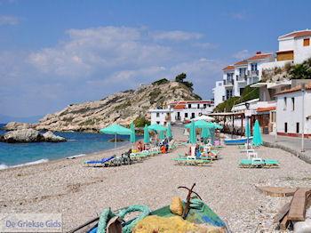 Ligbedden en strandstoelen aan strand Kokkari - Eiland Samos - Foto van https://www.grieksegids.nl/fotos/eilandsamos/350pixels/eiland-samos-foto-140.jpg