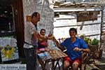 Helena Soura en Manolis Katechakis bij cafe Syrma Karavostasis Folegandros Foto 322 - Foto van De Griekse Gids
