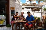 Helena Soura en Manolis Katechakis bij cafe Syrma Karavostasis Folegandros Foto 328 - Foto van De Griekse Gids