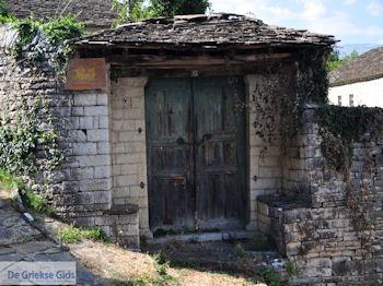 Dilofo, typische deur - Zagori Epirus - Foto van https://www.grieksegids.nl/fotos/griekse-gidsnl/350pixels/zagoria-epirus-080.jpg
