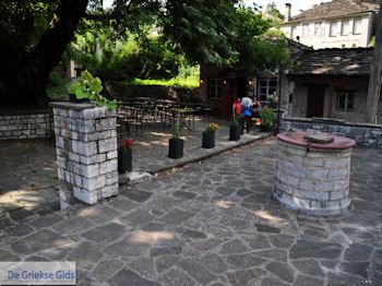 Het pleintje in Dilofo - Zagori Epirus - Foto van https://www.grieksegids.nl/fotos/griekse-gidsnl/350pixels/zagoria-epirus-084.jpg