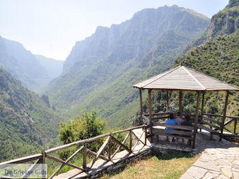 Vikos kloof vanuit Vikos foto 2 - Zagori Epirus - Foto van De Griekse Gids