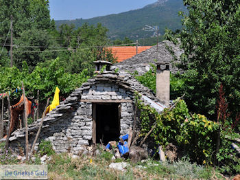 Stenen huisje in Vikos dorp - Zagori Epirus - Foto van https://www.grieksegids.nl/fotos/griekse-gidsnl/350pixels/zagoria-epirus-194.jpg