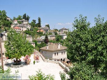 Dorpsplein Aristi - Zagori Epirus - Foto van https://www.grieksegids.nl/fotos/griekse-gidsnl/350pixels/zagoria-epirus-201.jpg