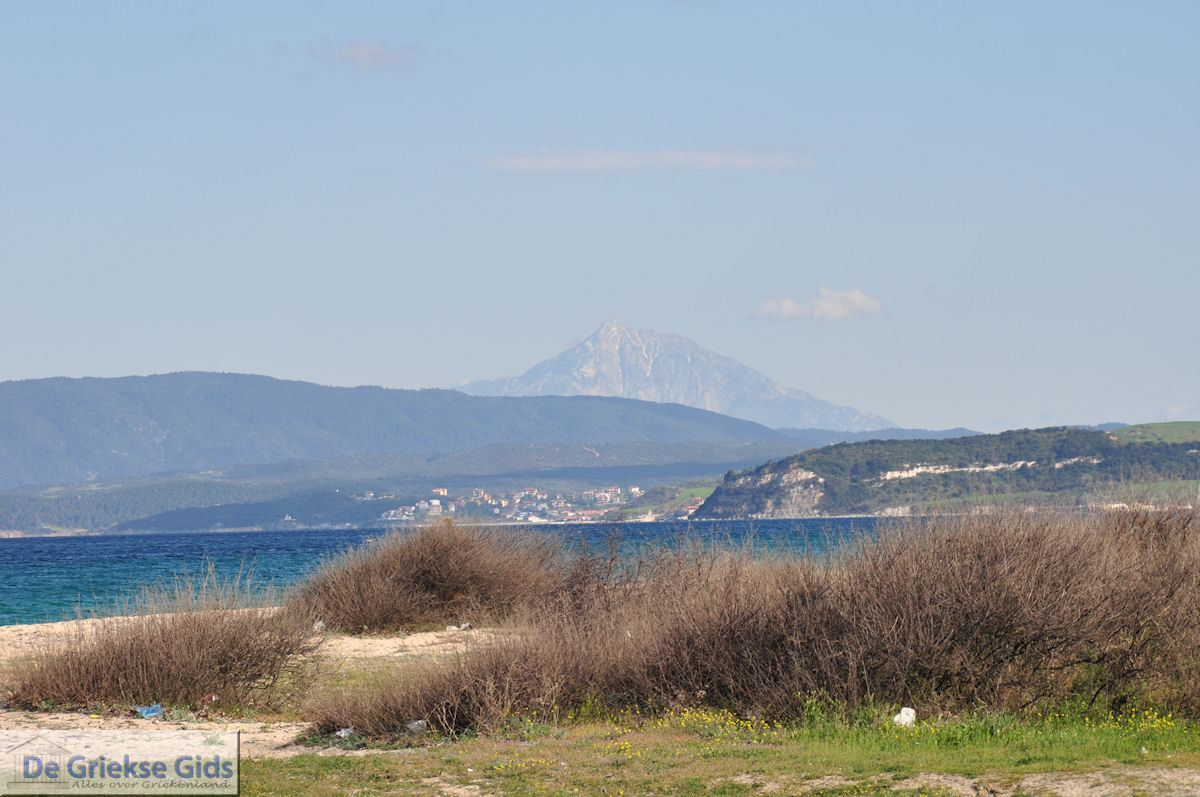 foto Nea Roda gezien vanaf Ierissos | Mount Athos op de achtergrond | Athos gebied Chalkidiki | Griekenland