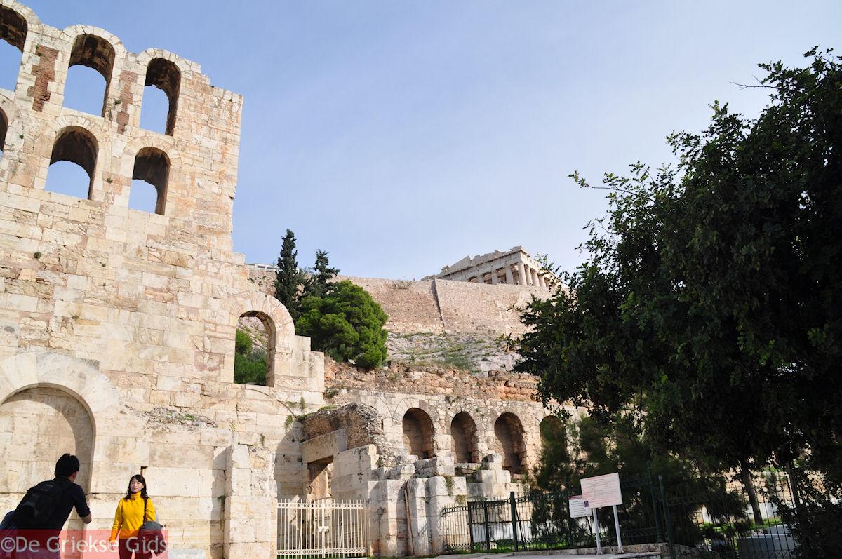 foto Herodes Atticus Odeion, de Stoa van Eumenes en bovenop Het Parthenon