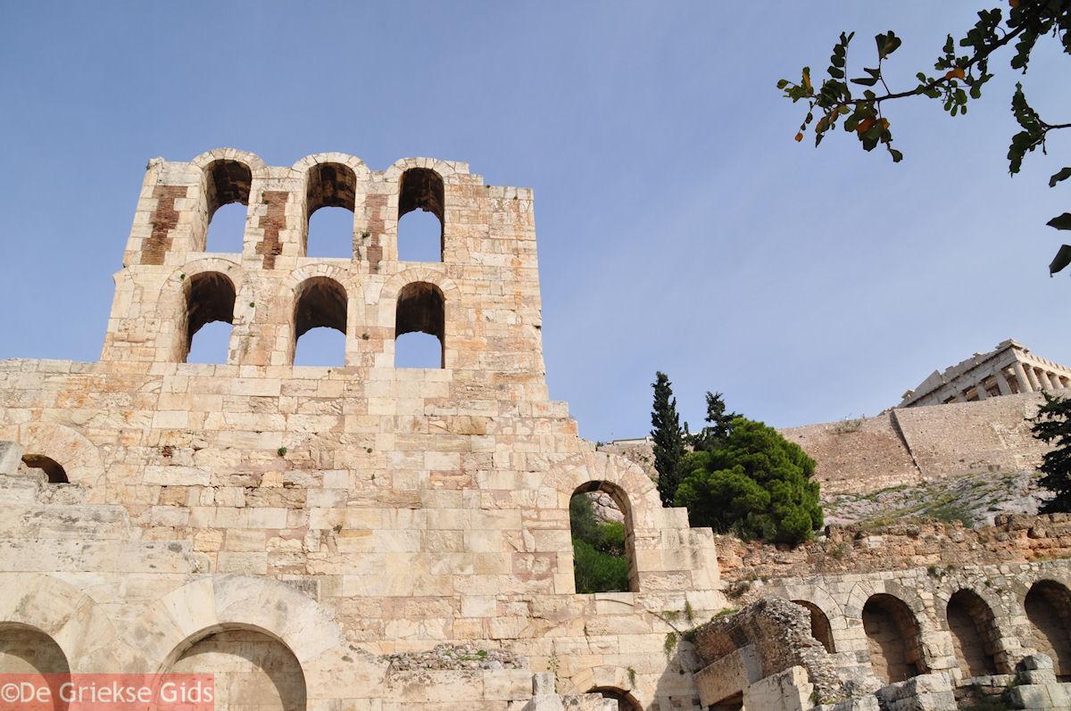 foto Herodes Atticus Odeion(links), de Stoa van Eumenes(rechts) en bovenop Het Parthenon