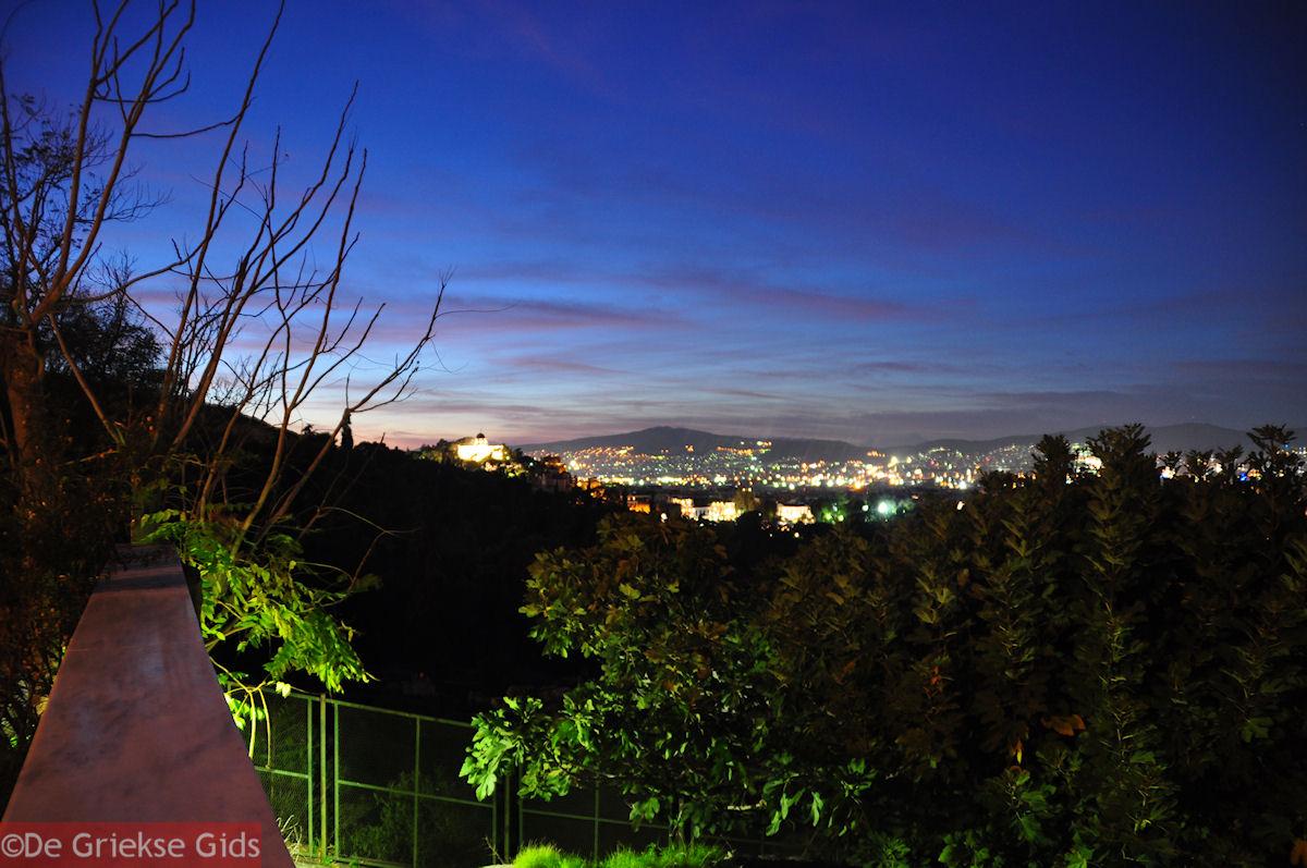 foto s avonds Theorias straat tussen Theseion en Akropolis
