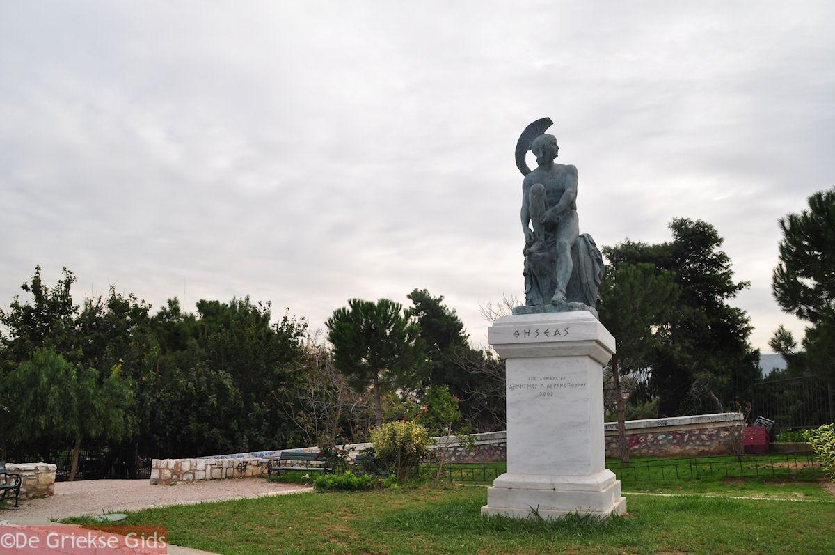 foto Beeld van Theseus aan het Theseion - Athene