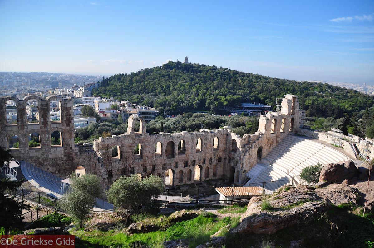 foto Het Odeion van Herodes Atticus - Aan de overkant de Philopapou-heuvel