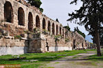 De Stoa van Eumenes naast het Herodes Atticus theater - Foto van De Griekse Gids