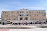 Het Griekse Parlement met daarvoor het monument van de Onbekende Soldaat - Foto van De Griekse Gids