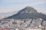 De Lykavitos heuvel met op de top de witte kerk - Foto van De Griekse Gids